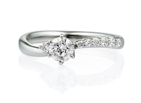 この婚約指輪の重ねづけにぴったりな結婚指輪は?の画像