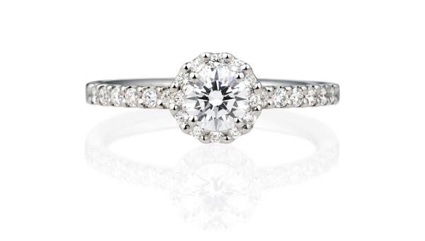 女性に大人気のヘイローデザインの婚約指輪との重ねづけの画像